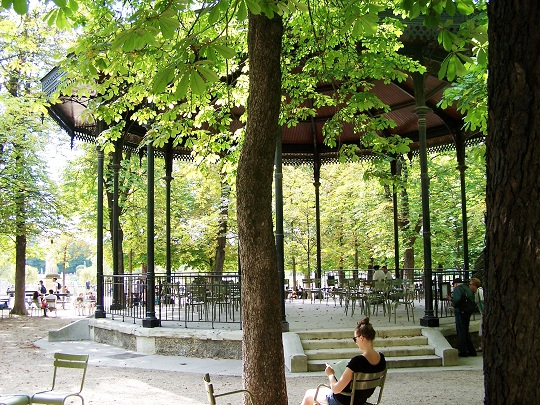 Inge leest in de Jardin du Luxembourg