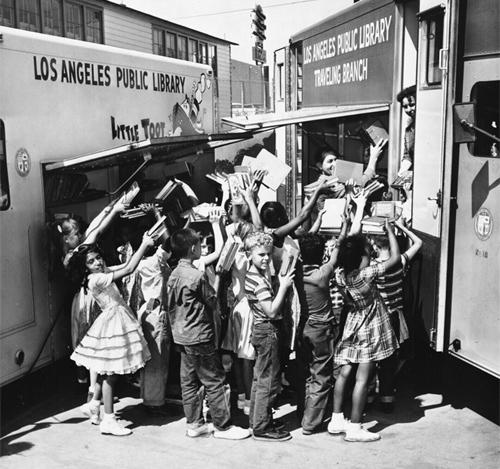 Kinderen bij bibliotheekbus